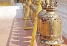 Campane dell'oro in tempio buddista, Tailandia fotografia stock