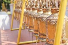 Campane dell'oro in tempio buddista, Tailandia immagine stock