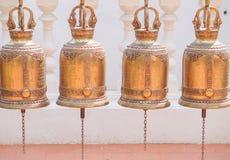 Campane dell'oro in tempio buddista, Tailandia fotografie stock