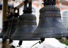 Campane di chiesa bronzee dell'annata che appendono sul campanile Immagini Stock