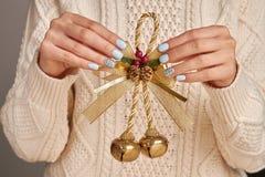 Campane di Natale con l'arco dorato Fotografie Stock
