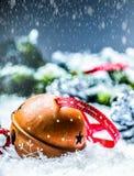 Campane di tintinnio delle palle di Natale Nastro rosso con il Natale felice del testo Fondo e decorazione dell'estratto di Snowy Fotografie Stock