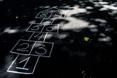 Campane disegnate con gesso sull'asfalto nero immagini stock