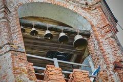 Campane dorate di vecchia chiesa del mattone immagine stock libera da diritti