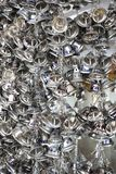 Campane piccole d'attaccatura dell'oro per fortuna in Wat Pongarkad, Chachoengsao, Tailandia Fotografia Stock Libera da Diritti