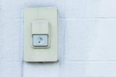 Campanello, casa di Bell sul fondo bianco del muro di mattoni Fotografia Stock Libera da Diritti