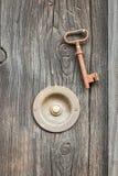 Campanello per porte d'annata con la vecchia chiave Immagini Stock Libere da Diritti