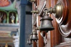 Campanello per porte sul portello di legno Fotografia Stock