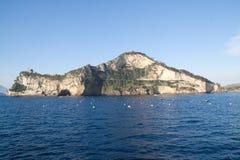 Campania-Umhang miseno gesehen vom Meer stockbilder