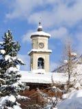 Campanil con nieve y árboles Foto de archivo