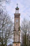 Campanil neoclásico con las estatuas y el reloj foto de archivo