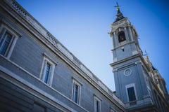 Campanile, Almudena Cathedral, situato nell'area del Habsb Fotografia Stock Libera da Diritti