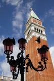Campanile de Lampost de pigeons de Venise Italie Photographie stock libre de droits