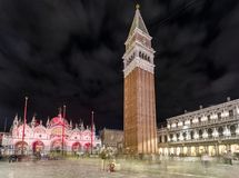 Campanile del ` s di St Mark alla notte a Venezia Immagini Stock Libere da Diritti