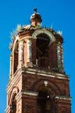 Campanile del tempiale della Vergine Santa in villaggio Immagine Stock