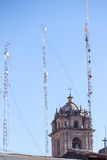 Campanile della cattedrale con le torri cellulari Immagini Stock