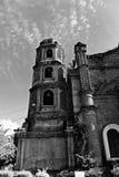 Campanile della chiesa che sta alto in bianco e nero Fotografie Stock