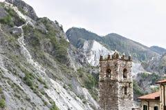 Campanile della chiesa costruita con i ciottoli di marmo bianchi Colonnata, Carrara, Toscana, Italia fotografia stock