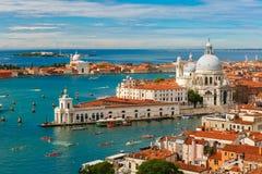 从Campanile di圣Marco的看法向威尼斯,意大利 免版税库存照片