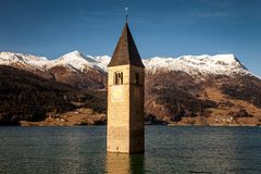 Campanile di Curon Venosta, o el campanario de Alt-Graun, Italia Imagen de archivo