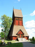 Campanile di legno unico di vecchia chiesa in Gamla Upsala, Upsala, Svezia immagini stock libere da diritti
