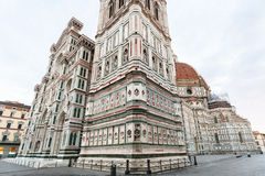 Campanile du ` s de Giotto avec la cathédrale dans le matin Photos libres de droits