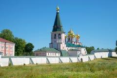 Campanile e cattedrale dell'icona della madre di Dio Iverskaya Monast di Iversky Svyatoozersky Bogoroditsky Fotografie Stock Libere da Diritti