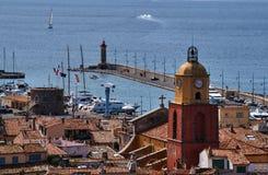 Campanile ed il porto di Saint Tropez immagini stock