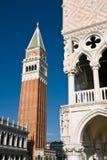 Campanile en het Paleis van Doges in Venetië stock afbeelding