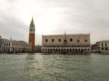Campanile et palais de Dodge, Venise Images stock