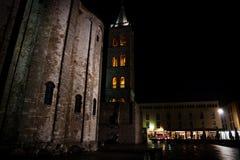 Campanile lightned rosso al quadrato principale di Zadar alla notte, Croazia fotografia stock libera da diritti