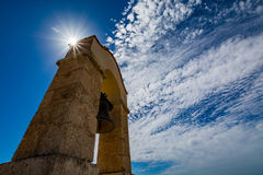 Campanile nel castello Alcazaba di Almeria di Almeria con il sole dietro  Fotografia Stock Libera da Diritti