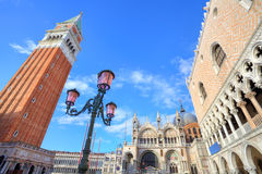 Campanile och doges slott i Venedig, Italien. Arkivbilder