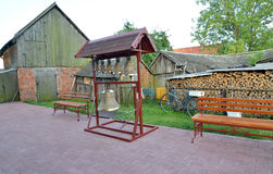 Campanile piegante figurato con le campane di chiesa in un'iarda della casa rurale, Russia Fotografie Stock