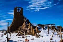 Campanile religioso del cimitero indiano dei nativi americani di Taos storico Immagine Stock