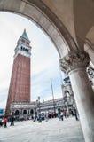 Campanile San Marco ed elemento decorativo dell'arco del doge Fotografia Stock Libera da Diritti