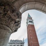 Campanile San Marco ed elemento decorativo dell'arco del doge Fotografia Stock