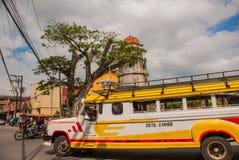 Campanile storico fatto di Coral Stones, Jeepney - città di Dumaguete, Negros Orientale, Filippine Fotografie Stock Libere da Diritti