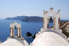 Campanili nell'isola di Oia Santorini immagine stock libera da diritti
