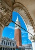 在圣的Campanille指示正方形,威尼斯,意大利 免版税库存图片