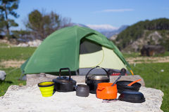 Campant au milieu des bois, tir de l'intérieur de la tente Photos libres de droits