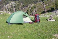 Campant au milieu des bois, tir de l'intérieur de la tente Images libres de droits