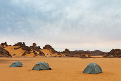 Campant dans le désert, Akakus, Sahara, Libye Photographie stock libre de droits