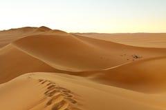 Campant dans les dunes - mer de sable d'Awbari, le Sahara Photos stock