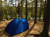 Campant en parc national de Nuuksio, la Finlande image stock