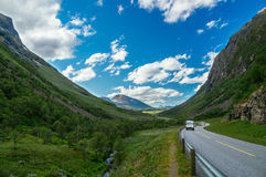 Campare och bilar på den sceniska vägen mellan berg Arkivfoton