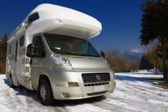 Campare som parkeras på snow arkivbild