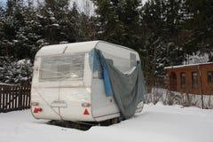 Campare som täckas vid insnöad vinter royaltyfri bild