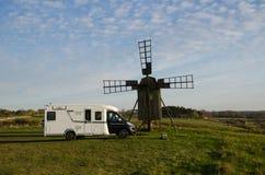 Campare vid en gammal väderkvarn Fotografering för Bildbyråer