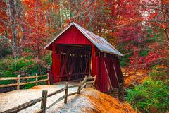 Campbells täckte bron med Autumn Fall Colors Landrum Greenville South Carolina arkivfoton
